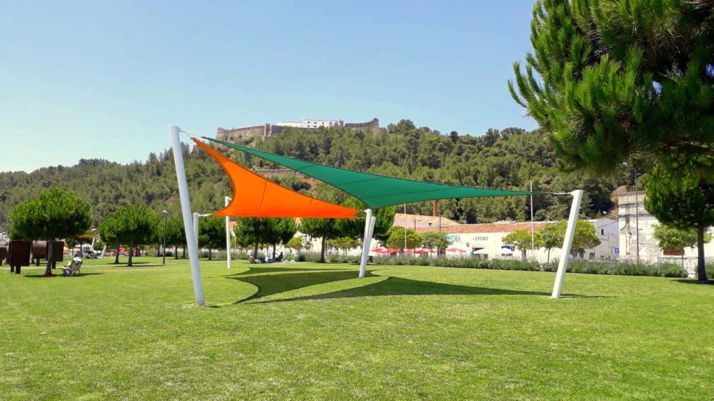 The park at Praia da Saúde invites you to take a nap under the sun sails