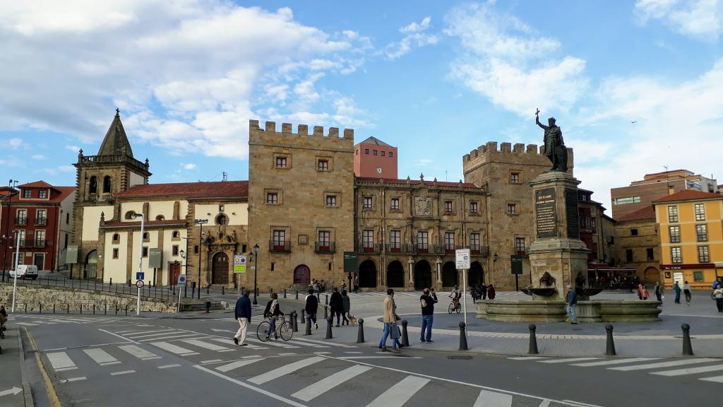 Plaza del Marqués with Palacio de Revillagigedo