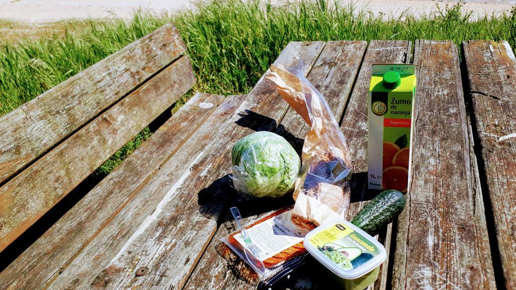 Lettuce, cucumber, orange juice, guacamole and vegan chorizo (everything from Alcampo)