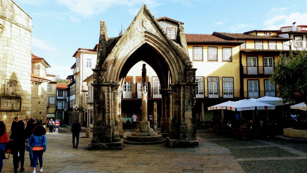 Padrão do Salado on the Largo da Oliveira