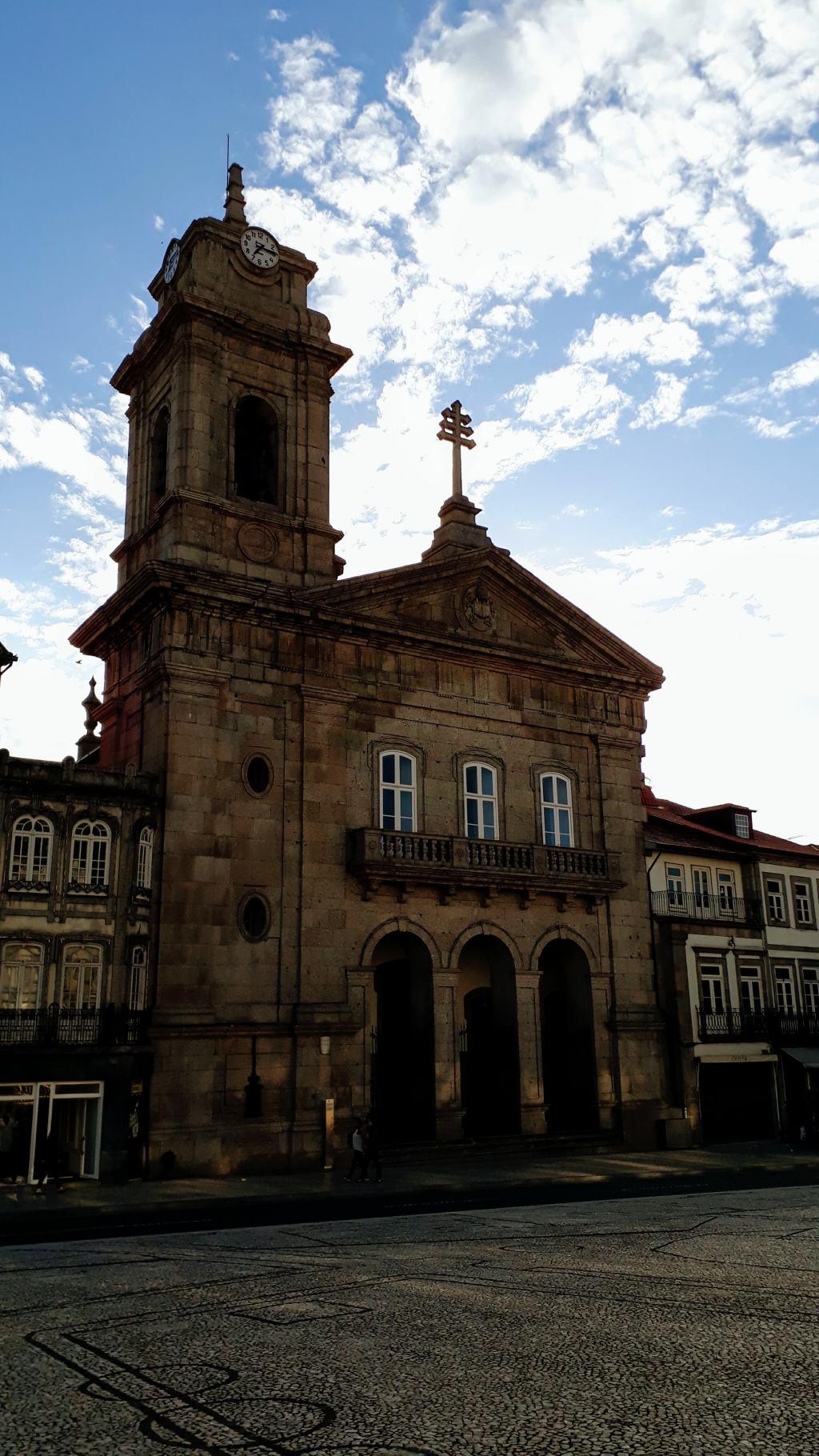 Basílica de São Pedro at Largo do Toural