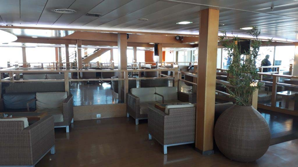 The cafe area on deck 7: Here you are NOT allowed to lie, let alone sleep, buuut there are sockets