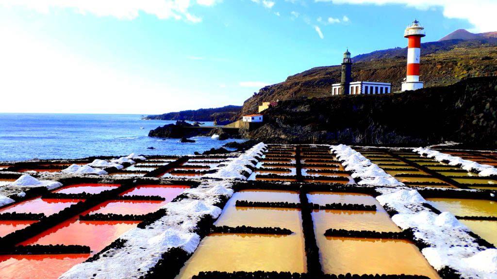 Faro de Fuencaliente with Salinas de Fuencaliente in the foreground