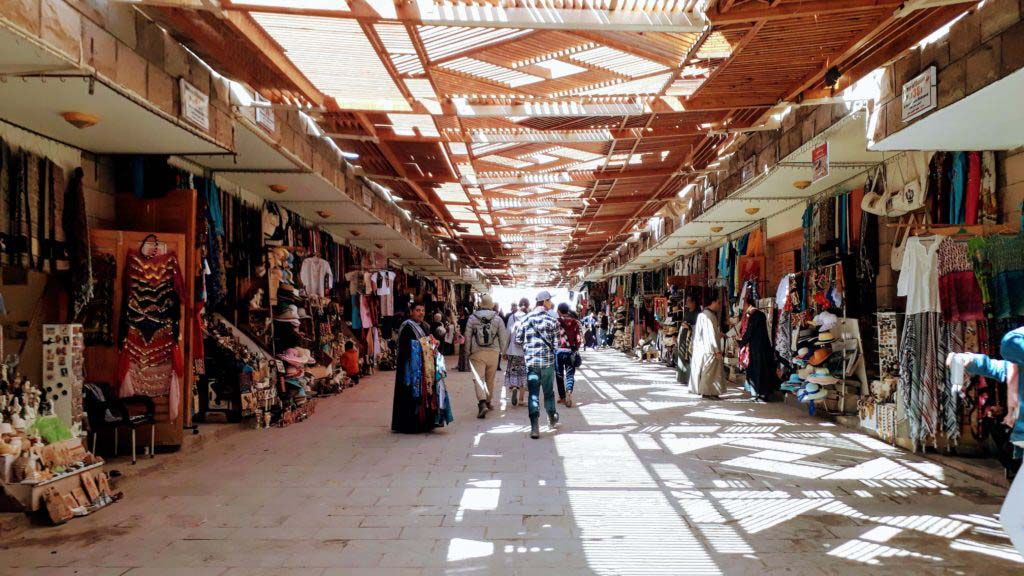 An Egyptian souk at the entrance of a sight: the sheer horror for those who do not want to be talked into buying something