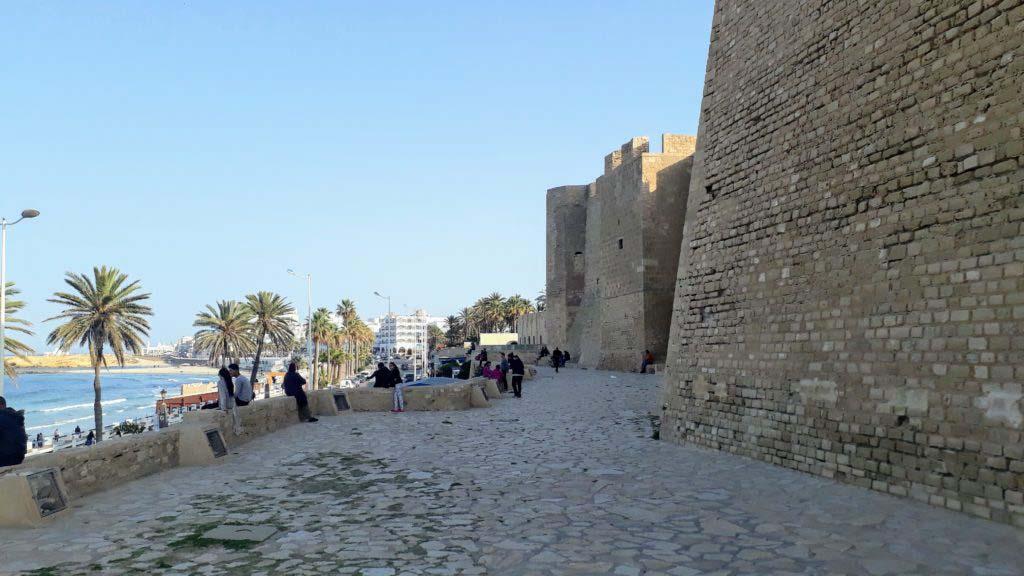 Popular meeting place for teenagers: Promenade between the beach and Ribat of Monastir