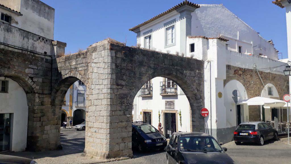 Integration of Aqueduto de Água de Prata into residential buildings