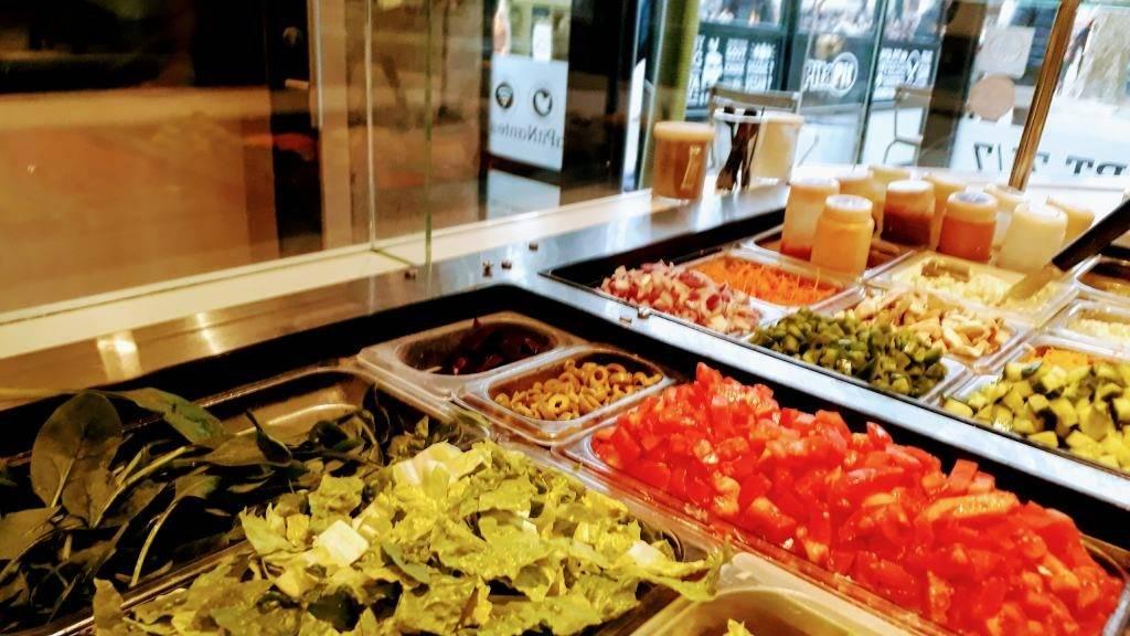 Selección de vegetales en Pita Pit Nantes