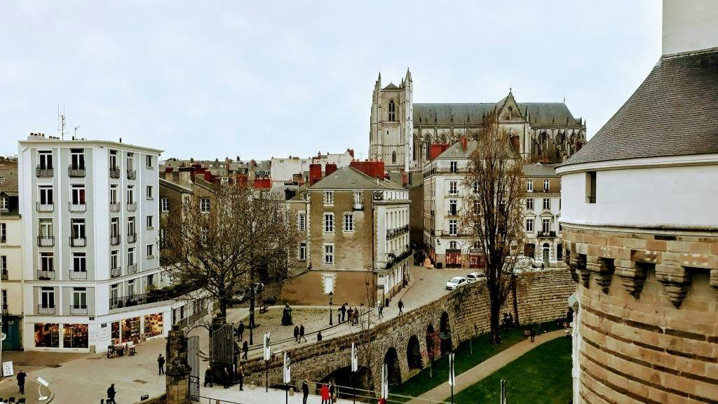 Vista a la Catedral Saint-Pierre-et-Saint-Paul desde el Château des ducs de Bretagne
