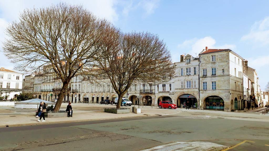 Plaza delante de la Cathédrale de Saint-Louis de La Rochelle