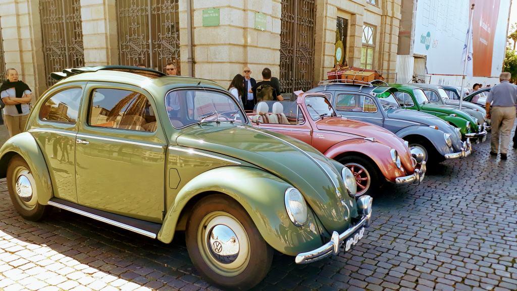 Reunión de coches antiguos frente a la Universidade do Porto