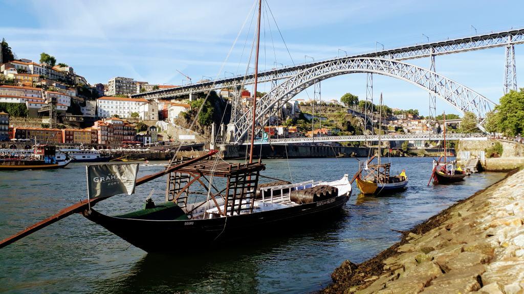 Barcos Rabelo en frente de Ponte Luís I