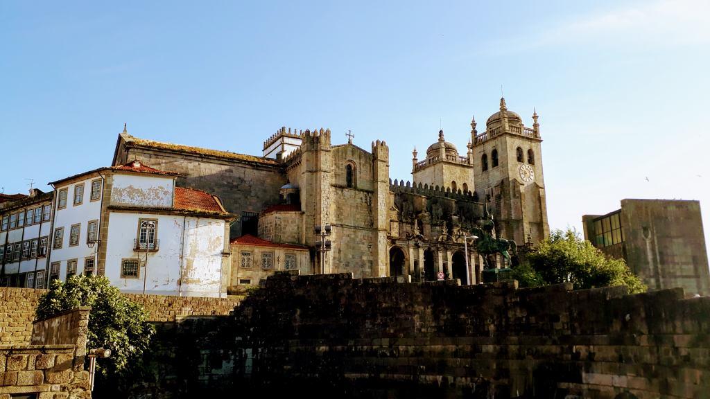 Catedral Sé do Porto con parte de la muralla romana original en primer plano