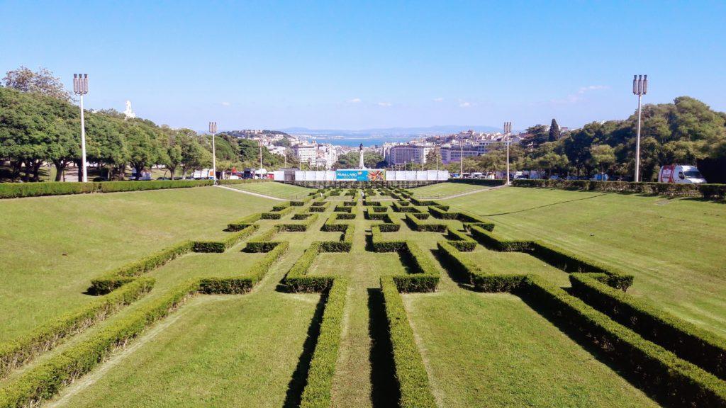 Vista desde el Miradouro do Parque Eduardo VII, por desgracia una parte está oculta por la feria del libro Feira do Livro
