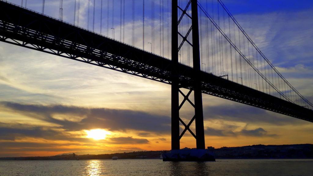 Puesta de sol detrás del Ponte 25 de Abril