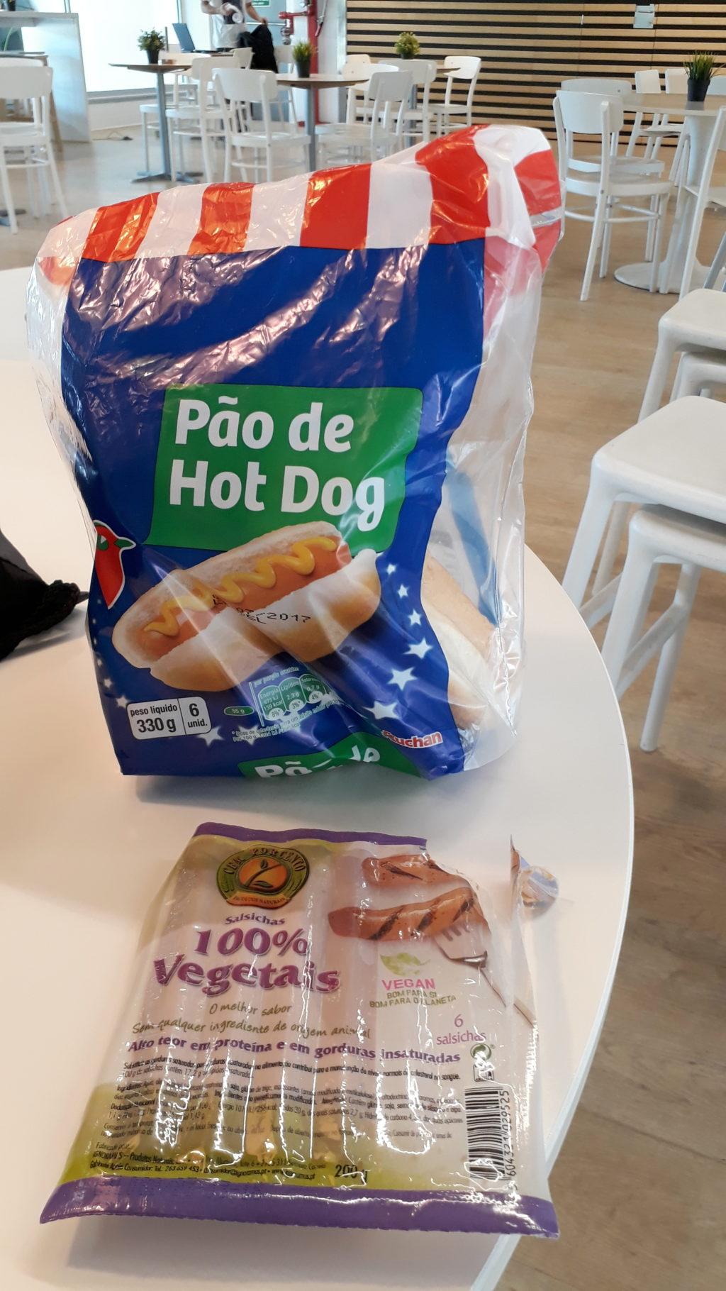 Panecillo de perrito caliente y salchichas veganas de Jumbo. Y no, eso no es Ikea en el fondo y nunca montaríamos y calentaríamos nuestros propios perritos veganos allí en el microondas...¿quién haría tal cosa?! ;)
