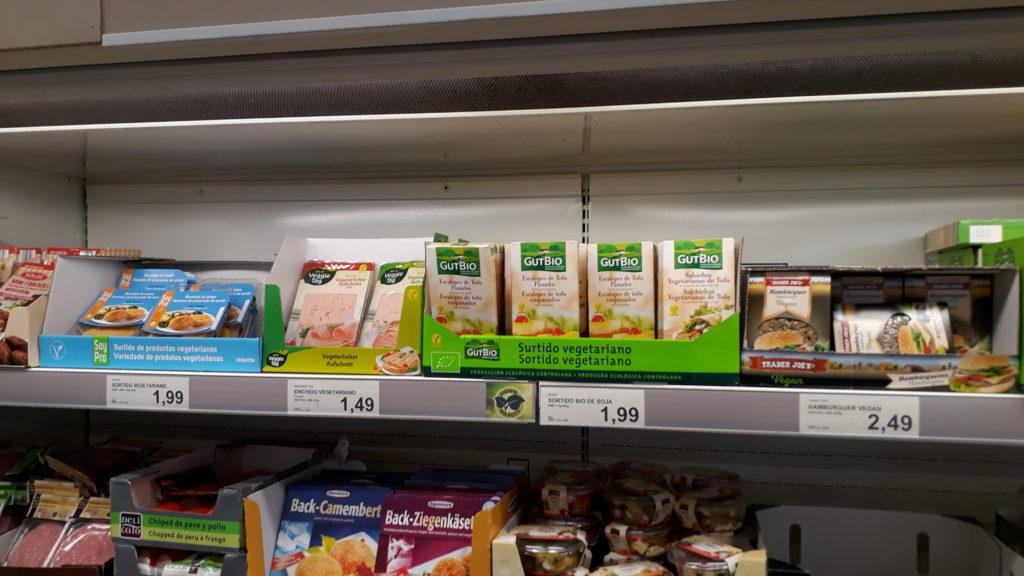 Hamburguesas veganas, escalopes veganas, embutidos veganos y salchichas veganas (Atención: los embutidos de izquierda son sólo vegetarianos, no veganos)