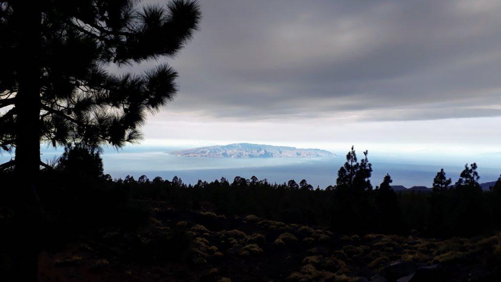 En el camino se obtiene una vista de la isla vecina de La Gomera