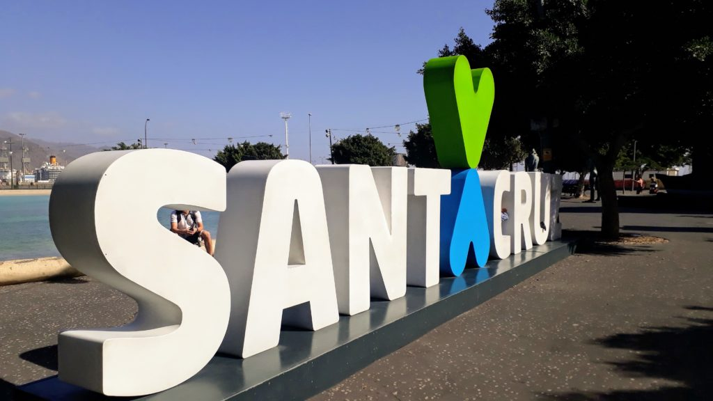 "Plaza de España con letras ""Santa Cruz"""