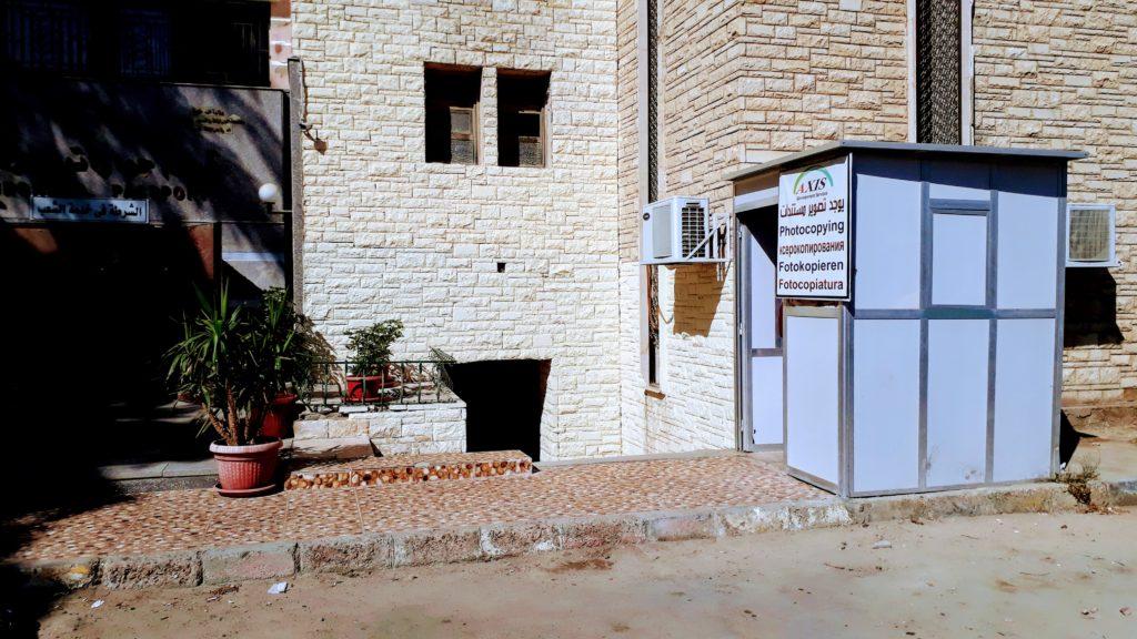 Tienda de fotocopias en frente de la Oficina de Pasaportes e Inmigración en Hurghada