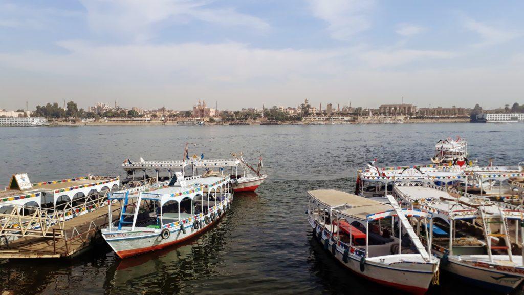 Falucas en el Nilo en Luxor