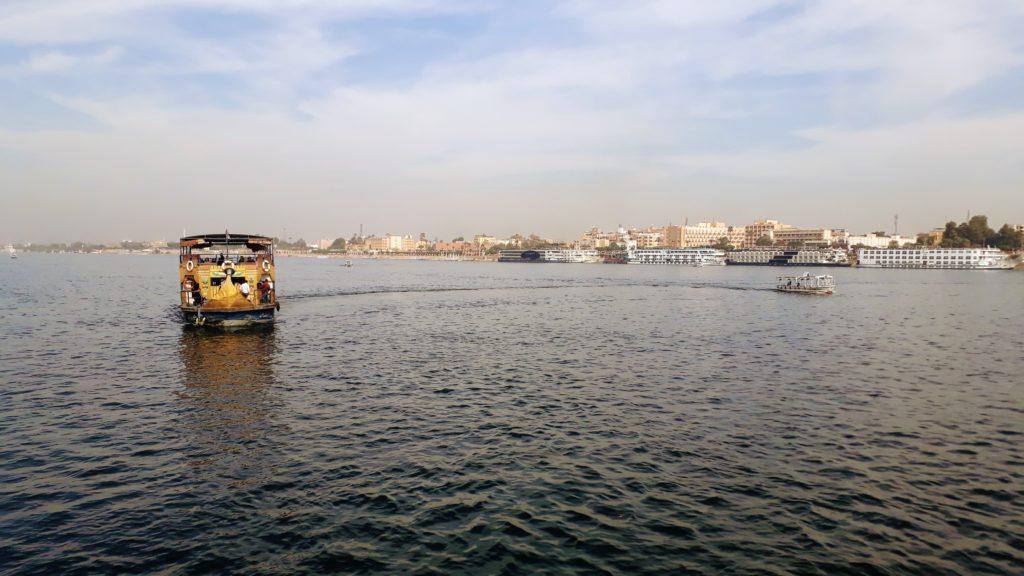 A la derecha se puede ver cruceros en el Nilo