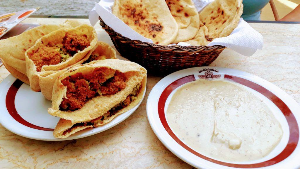 Pan plano, falafel y hummus