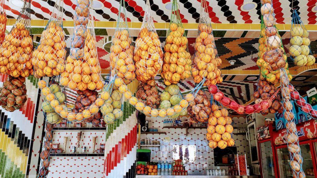 Puesto de zumos decorado con frutas en Egipto