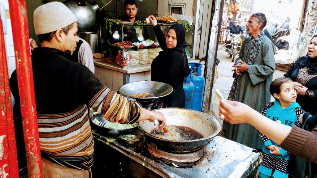 Puesto callejero donde se preparan falafel fresco