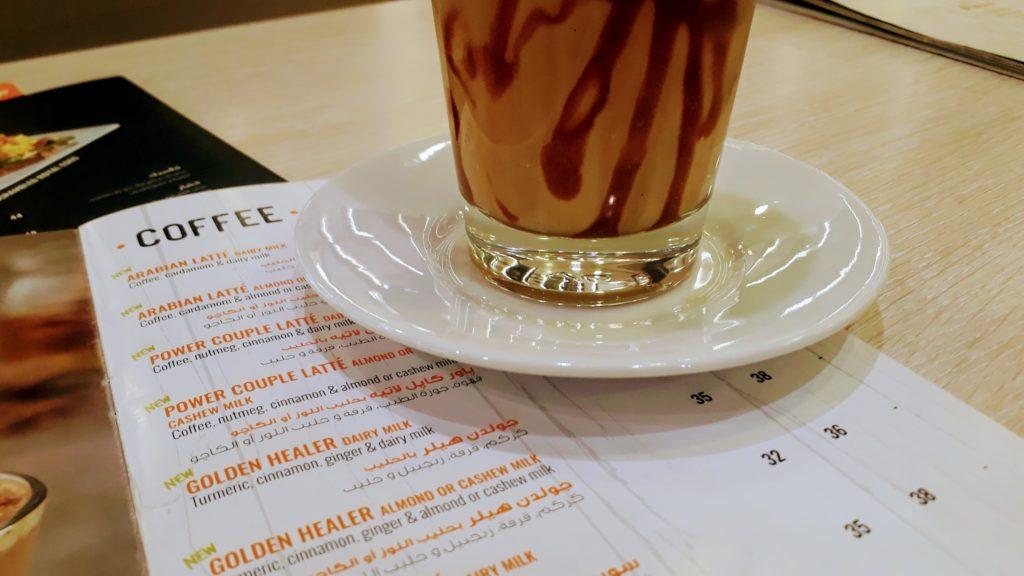 Caramel latte con leche de anacardo en Beano's
