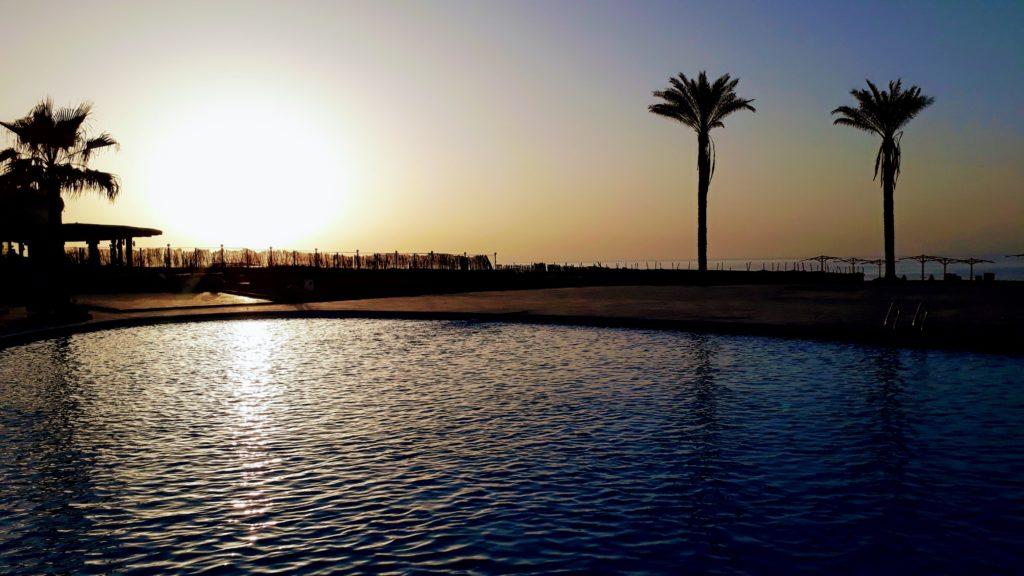 Puesta de sol sobre una piscina en Egipto