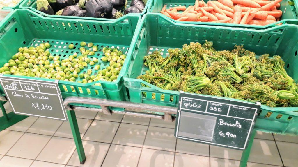 Selección de verduras en el supermercado tunecino: refrescante poco criado