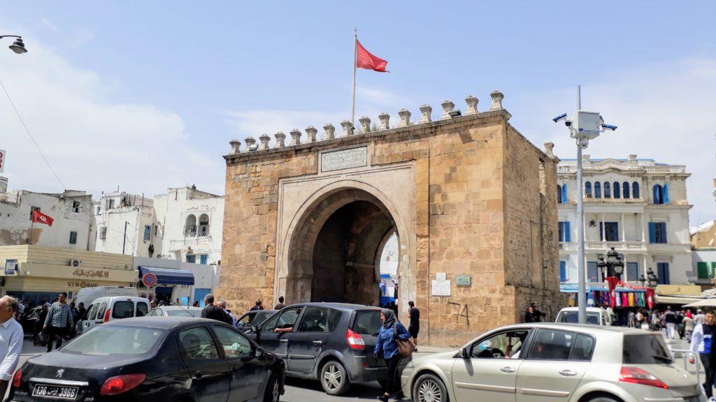 Antigua puerta de la ciudad Porte de France o Bab el Bhar entre medina y la ciudad nueva
