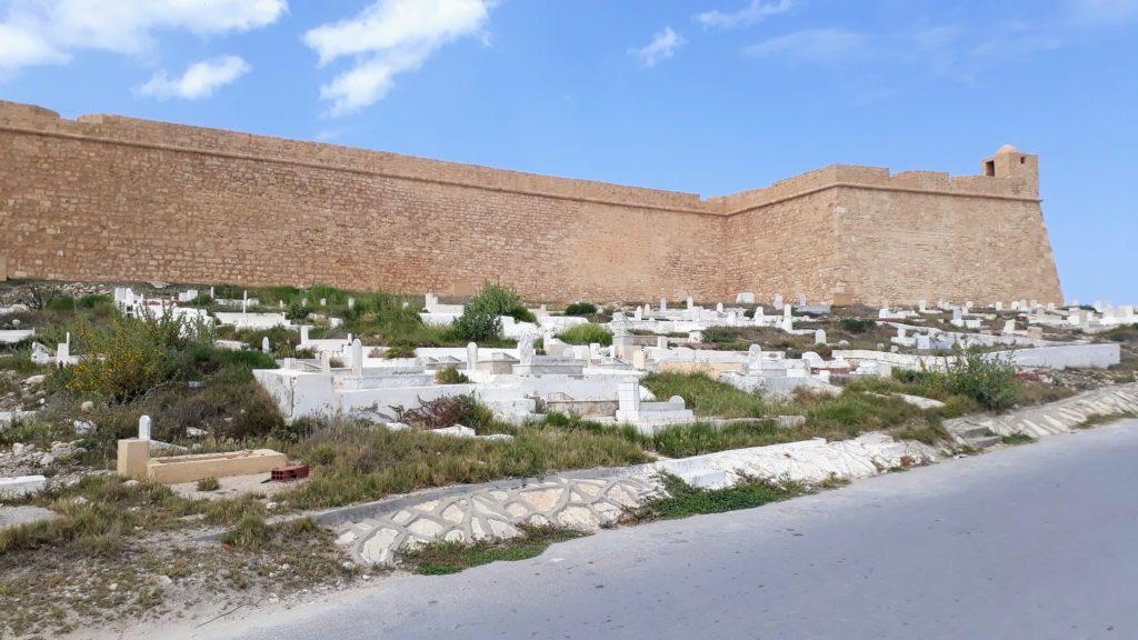 Fortaleza Al Borj Al Kebir con cementerio de Mahdía