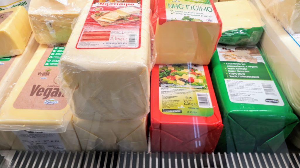 """""""Queso de ayuno"""" vegano en bloques de 2,5 kilos en el mostrador de quesos de un supermercado chipriota"""