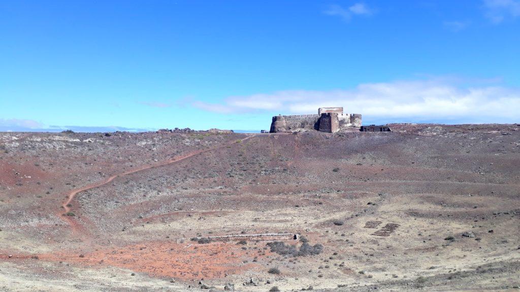 Castillo de Santa Bárbara en el borde del cráter del volcán Guanapay