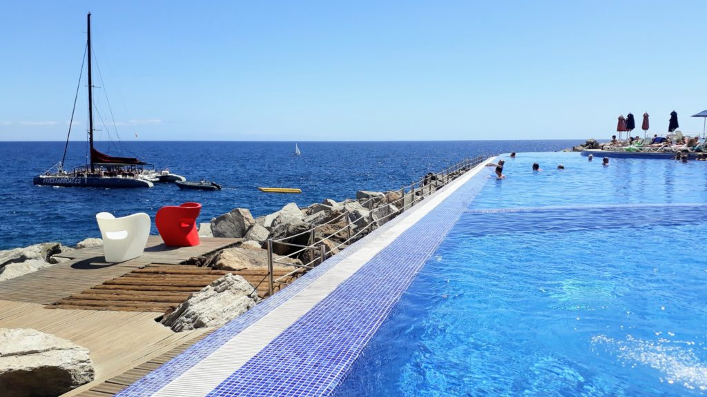 Piscina infinita de Marina Suites en Gran Canaria