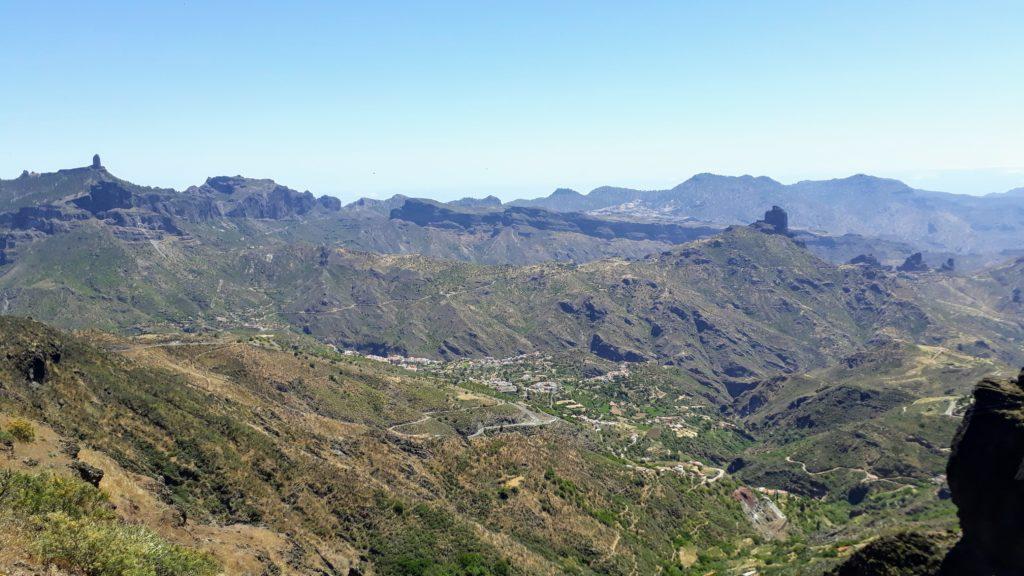 Roque Nublo (izquierda) desde muy lejos