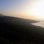 Se levanta muy por encima de la capa de nubes: el volcán Pico del Teide con una altura de 3718 metros en Tenerife