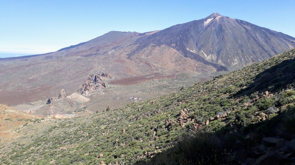 Vista panorámica desde la cima del Alto de Guajara sobre el parque nacional y los Roques de García hasta el Teide