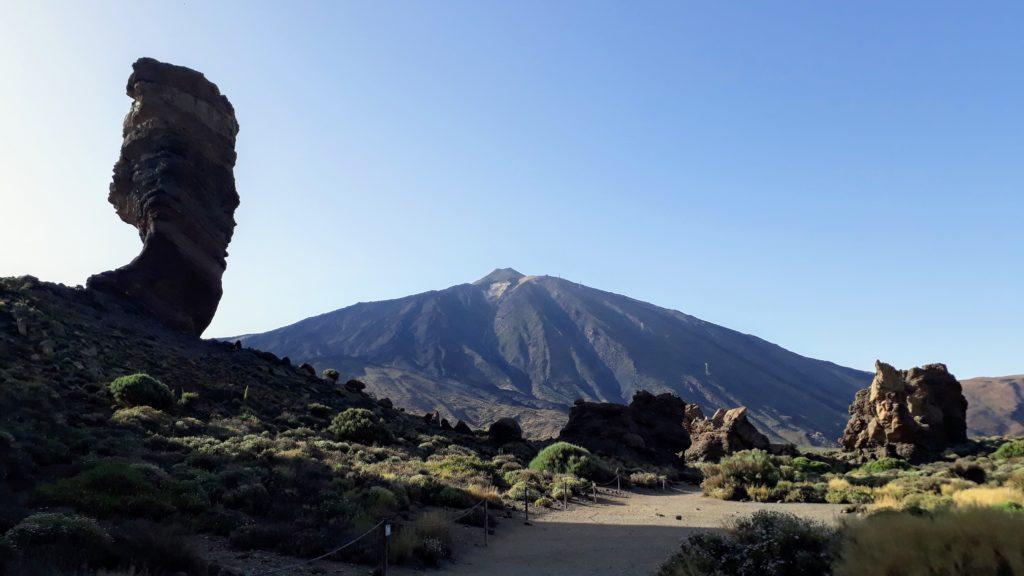 Roque Cinchado frente al Teide