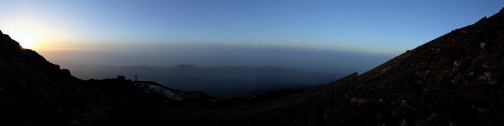Transición de la noche al día: a la izquierda la salida del sol, a la derecha la luna