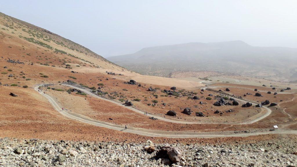 El comienzo inicialmente relajado de Sendero 7 al Pico del Teide con los Huevos del Teide