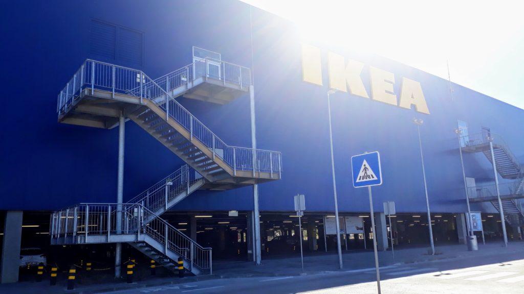 La cadena de tiendas de muebles azul y amarillo de Suecia: IKEA.