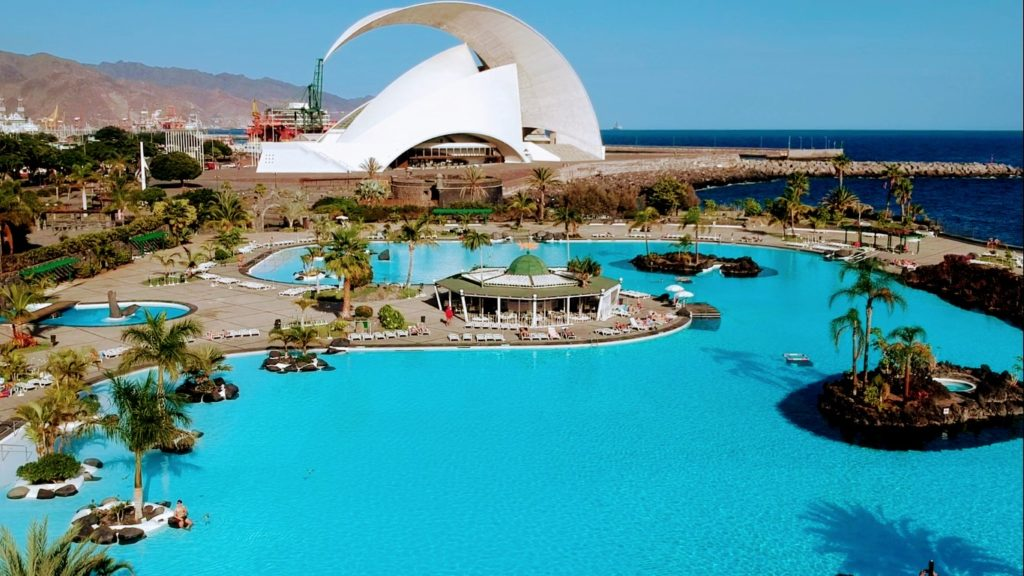 Parque Marítimo César Manrique con el Auditorio de Tenerife al fondo