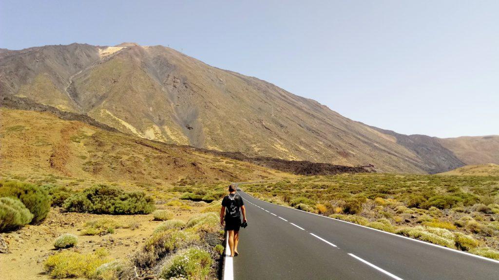 El Teide desde la carretera nacional TF-21, la cima del volcán apenas se puede ver