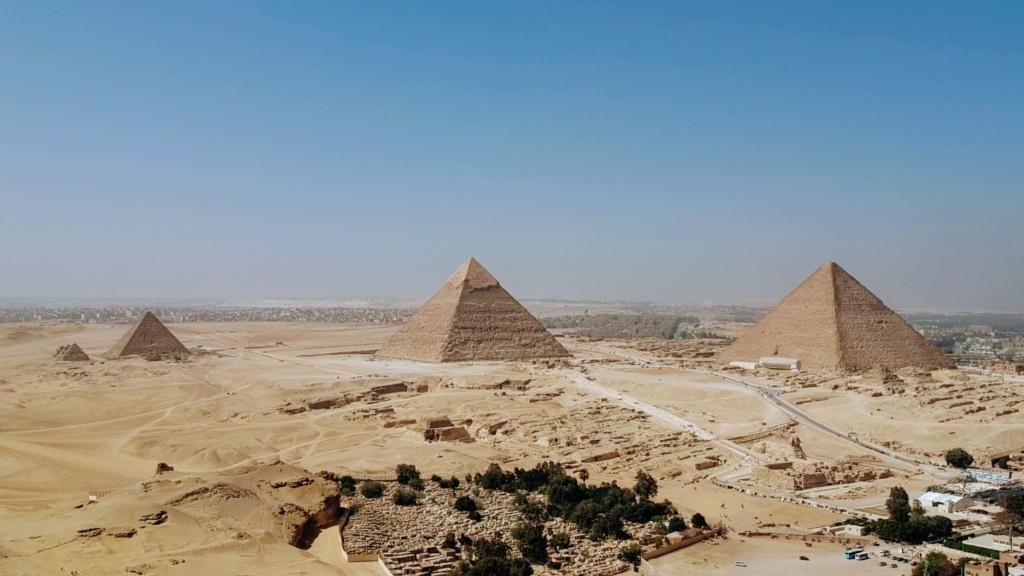El famoso complejo de las pirámides de Guiza, en la parte inferior a la derecha está la Gran Esfinge